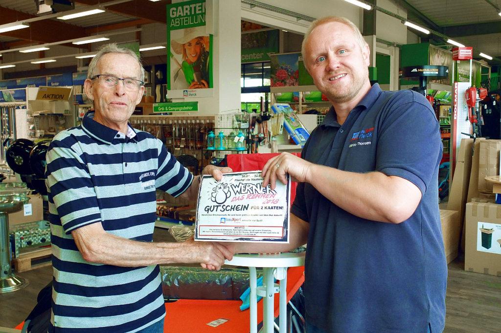 Preisübergabe an Herrn Manfred Schmidt (li.) durch bauXpert-Vierck-Mitarbeiter Marco Thomsen (re.).