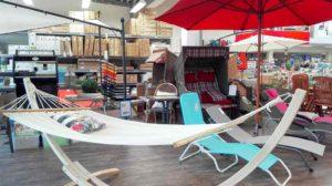 Hängematte und Strandkorb in der Gartenmöbel-Ausstellung