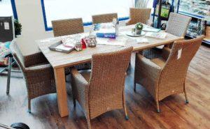 Korbgeflecht Tisch und Stühle in der Gartenmöbel-Ausstellung