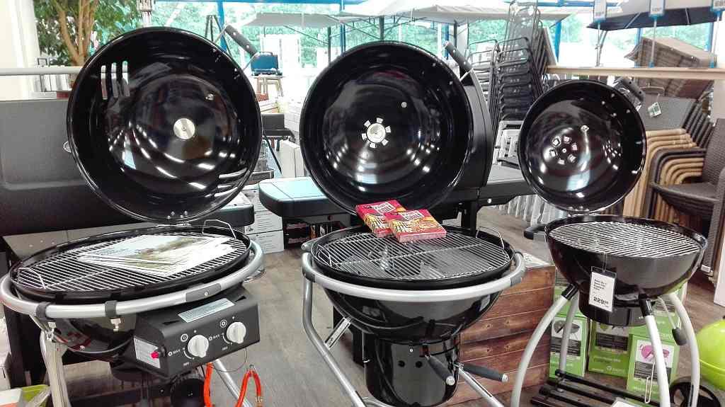 Diverse Gas- und Elektrogrills (Barbecue) in der Gartenmöbel-Ausstellung