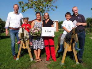 Herr Vierck, Frau Sell, Frau Hein, Herr Thomsen und Anna und Louis bei der Übergabe des Preises
