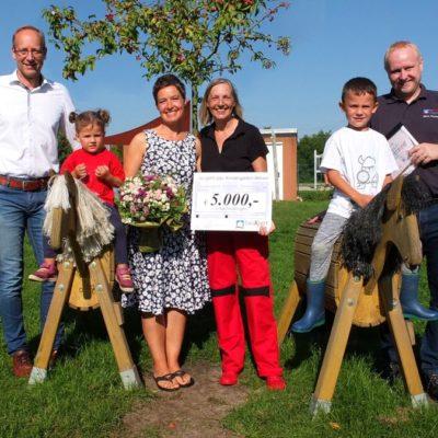 Herr Vierck (bauXpert Vierck), Frau Sell (Einrichtungsleiterin), Frau Hein (Betreuerin), Herr Thomsen (bauXpert Vierck) und Anna und Louis bei der Übergabe des Preises