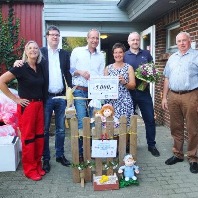 Frau Hein, Herr Hogeback (bauXpert), Herr Vierck (bauXpert Vierck), Frau Sell (Einrichtungsleiterin), Herr Thomsen (bauXpert Vierck), Herr Christiansen (Bürgermeister) bei der Übergabe des Preises