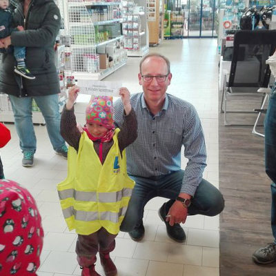 Geschäftsführer Carsten Vierck mit dem Kindergartenkind, welches den Hauptgewinn gezogen hat.